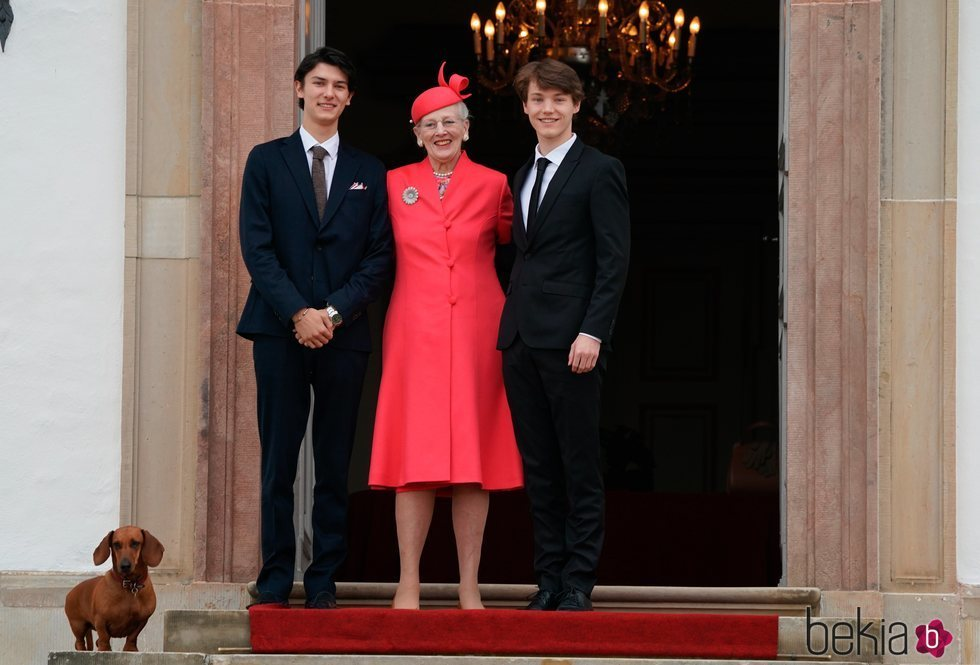 Margarita de Dinamarca con sus nietos Nicolás y Félix de Dinamarca en la Confirmación de Christian de Dinamarca