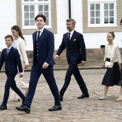 Christian de Dinamarca en su Confirmación con sus padres Federico y Mary de Dinamarca y sus hermanos Isabel, Vicente y Josefina de Dinamarca