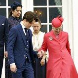 Christian de Dinamarca agarra del brazo a Margarita de Dinamarca en su Confirmación