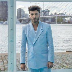 Blas Cantó posa en la 'Alfombra Turquesa' de Eurovisión 2021
