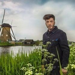 Blas Cantó con los molinos de Rotterdam en Eurovisión 2021