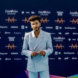 Blas Cantó posando en la alfombra 'turquesa' de Eurovisión 2021