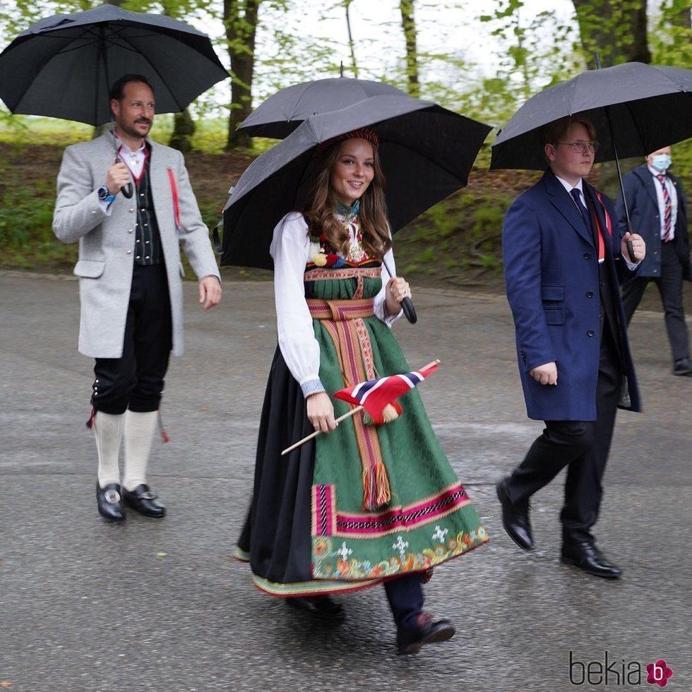 El Príncipe Haakon de Noruega con sus hijos Ingrid y Sverre Magnus en el Día Nacional 2021