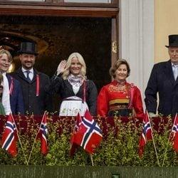 Harald y Sonia de Noruega, Haakon y Mette-Marit de Noruega, Ingrid Alexandra y Sverre Magnus de Noruega en el Dia Nacional de Noruega 2021