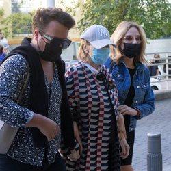 Mila Ximénez con Belén Rodríguez y otro amigo acudiendo al hospital