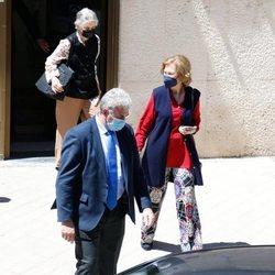 Irene de Grecia sale acompañada de la Reina Sofía tras vacunarse