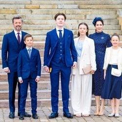 Christian de Dinamarca con sus padres Federico y Mary de Dinamarca y sus hermanos en su Confirmación