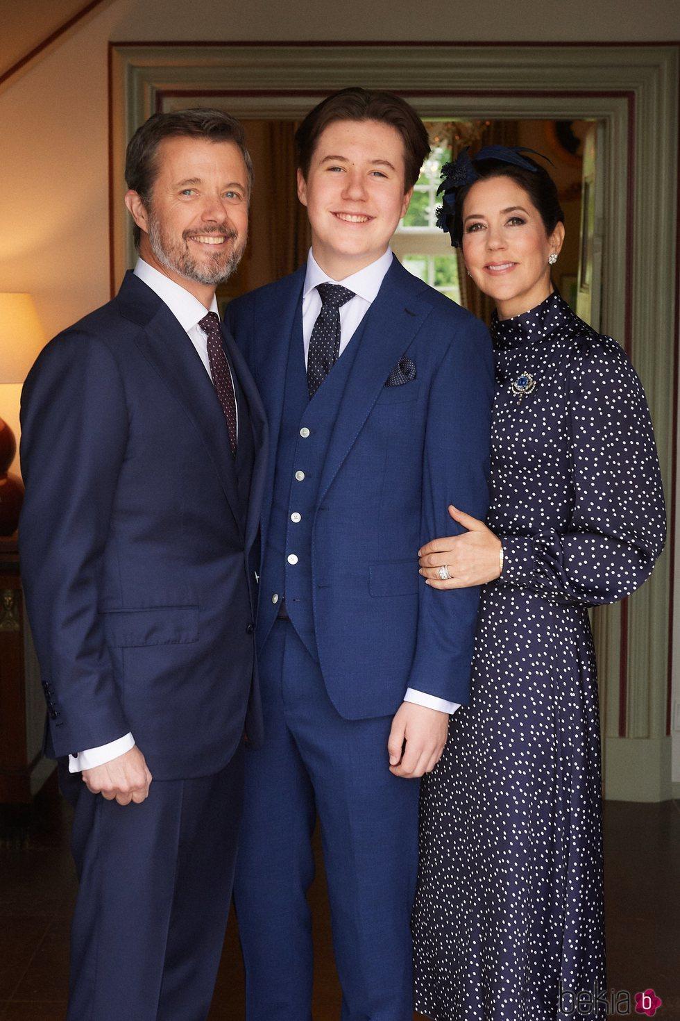 Federico y Mary de Dinamarca con su hijo Christian de Dinamarca en su Confirmación