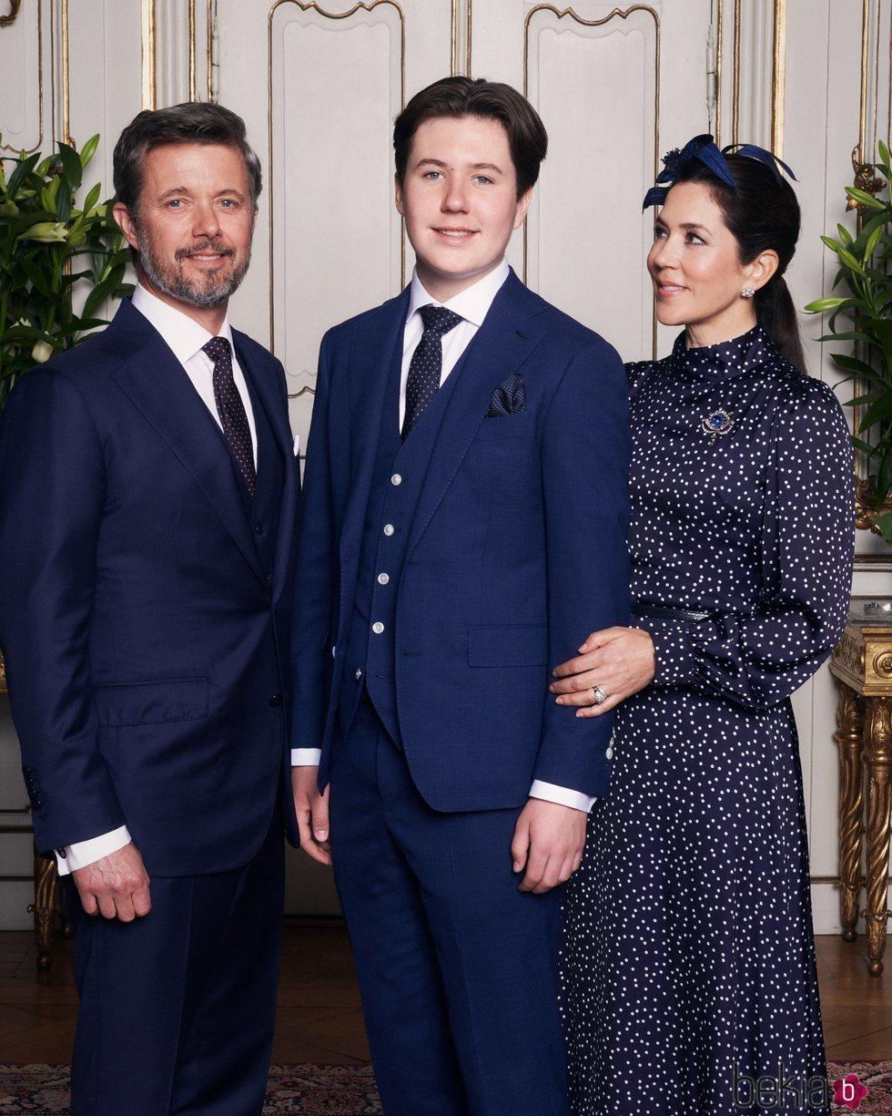 Christian de Dinamarca en su Confirmación con sus padres Federico y Mary de Dinamarca