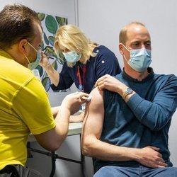 El Príncipe Guillermo vacunándose
