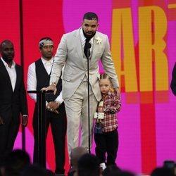 Drake recoge su premio en los Billboard Music Awards 2021 junto a su hijo
