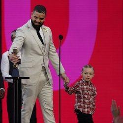 Drake junto a su hijo en los Billboard Music Awards 2021 recogiendo su premio