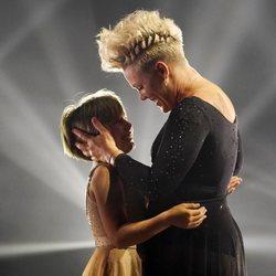 Pink con su hija Willow tras su actuación en los Billboard Music Awards 2021