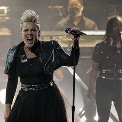 Pink durante su actuación en los Billboard Music Awards 2021