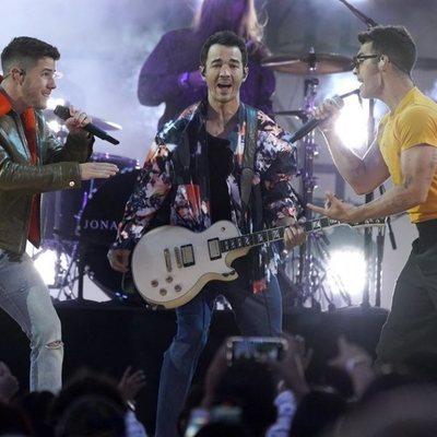 Los Jonas Brothers actuando en los Billboard Music Awards 2021