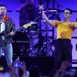Nick y Joe Jonas cantando en los Billboard Music Awards 2021