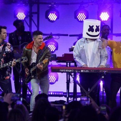 Los Jonas Brothers y Marshmello en los Billboard Music Awards 2021