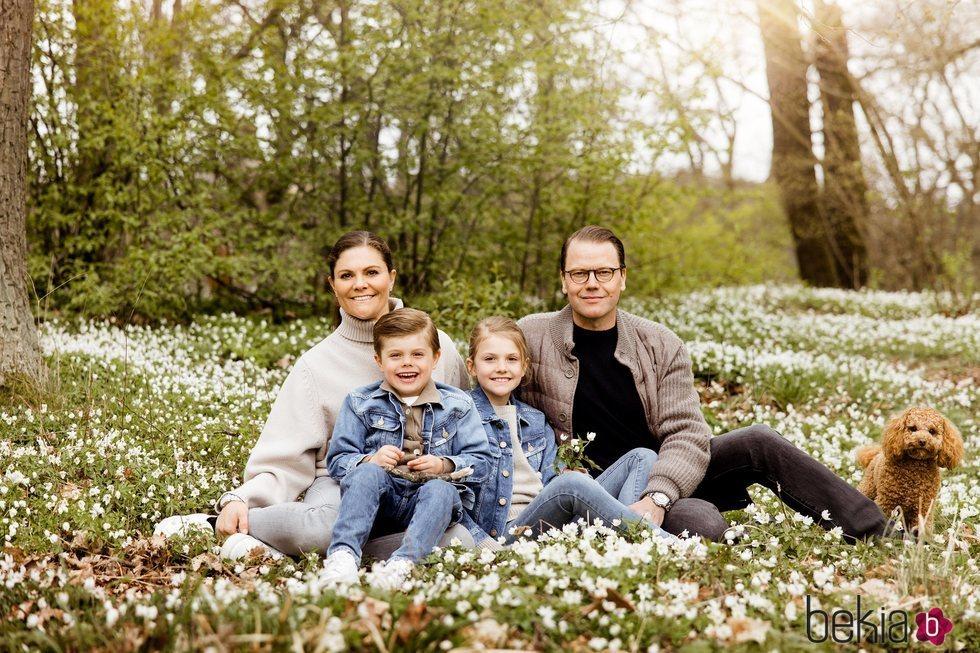 Victoria y Daniel de Suecia con sus hijos Estela y Oscar y su perro Rio en un posado primaveral en Haga