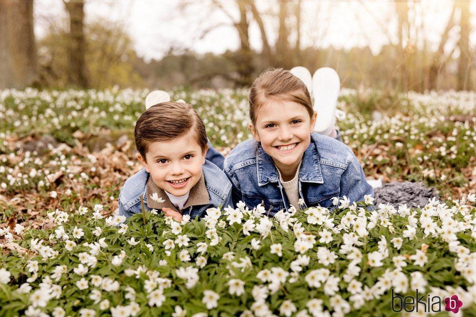 Estela y Oscar de Suecia en un posado primaveral en Haga