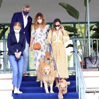 Tamara Falcó con la madre de Íñigo Onieva  y sus perros en la Hípica
