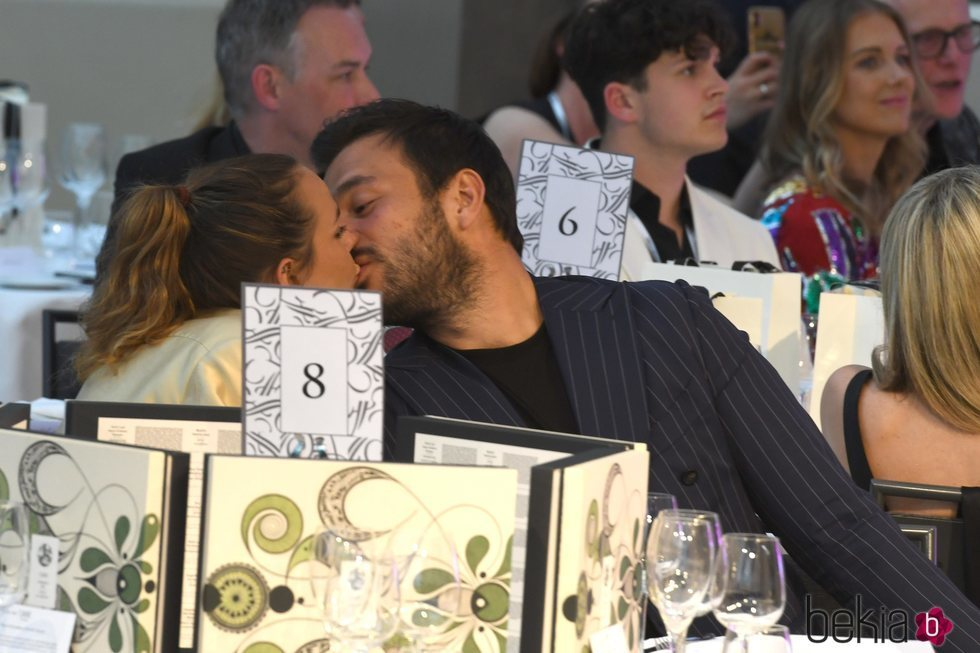 Pauline Ducruet y Maxime Giaccardi besándose