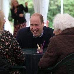 El Príncipe Guillermo, muy sonriente en su visita a una residencia de ancianos de Edimburgo