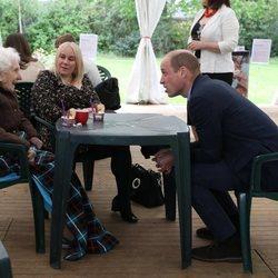 El Príncipe Guillermo con una anciana y su nieta en una residencia de ancianos de Edimburgo