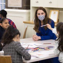 Kate Middleton con unas niñas en Escocia