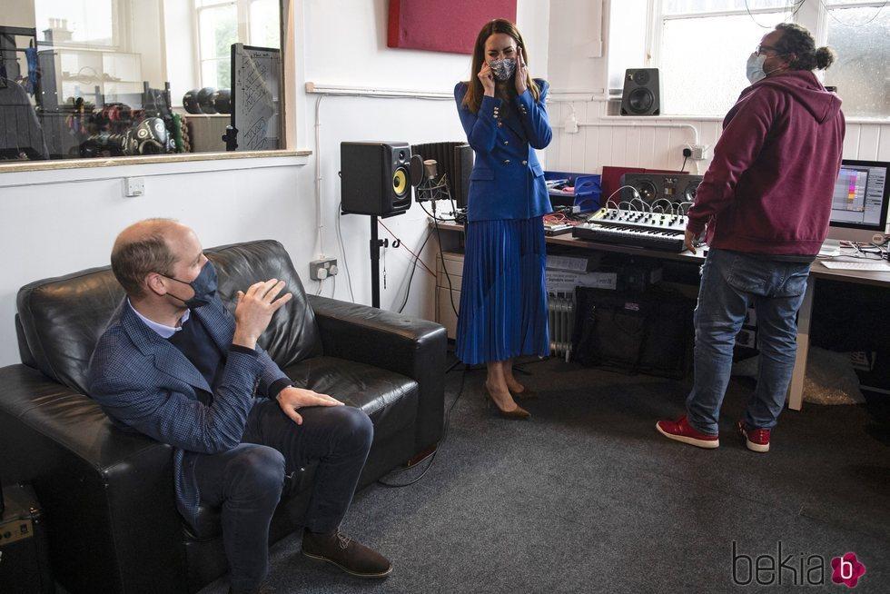 El Príncipe Guillermo bromea con Kate Middleton tras mostrar su poco talento musical en Escocia