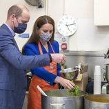 El Príncipe Guillermo y Kate Middleton cocinando en Escocia