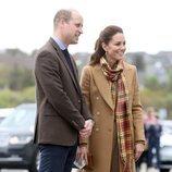 El Príncipe Guillermo y Kate Middleton en la inauguración de un hospital en Escocia