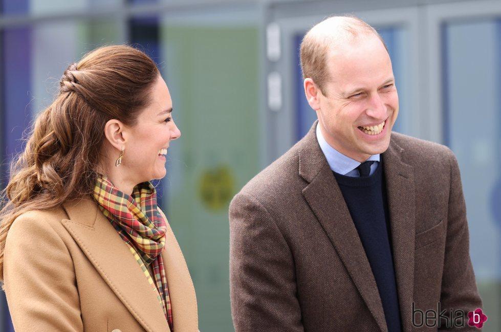 El Príncipe Guillermo y Kate Middleton, muy sonrientes en la inauguración de un hospital en Escocia