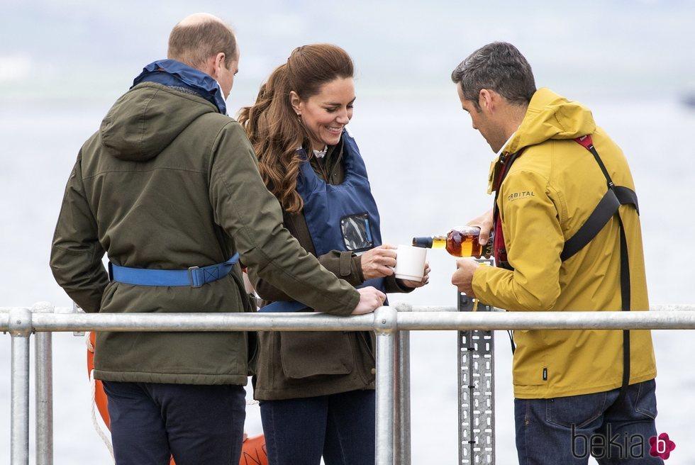 El Príncipe Guillermo y Kate Middleton reciben un vaso de whiskey en Escocia