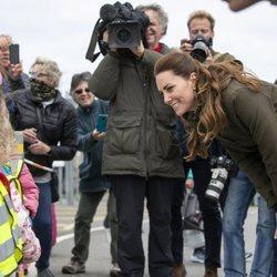 Kate Middleton hablando con unos niños en las Islas Orcadas durante su viaje oficial a Escocia