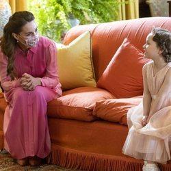 Kate Middleton habla con Mila Sneddon en el Palacio de Holyroodhouse