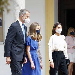La Princesa Leonor con los Reyes Felipe y Letizia en su Confirmación