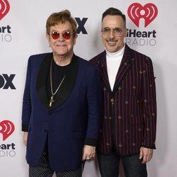 Elton John y David Furnish en los I Heart Radio Music Awards 2021
