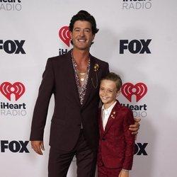 Robin Thicke con su hijo en los I Heart Radio Music Awards 2021