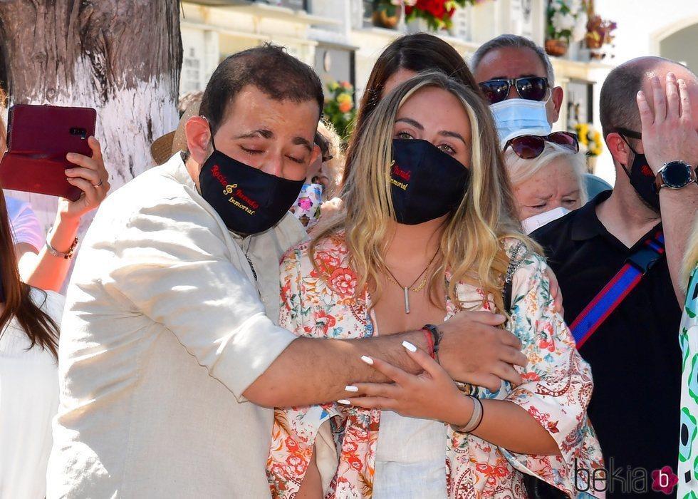 David y Rocío Flores, abrazados en el homenaje por el 15 aniversario de la muerte de Rocío Jurado