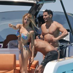 Mayka y Manuel ('La isla de las tentaciones') en un yate en Ibiza
