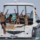 Rafa Mora y Macarena Millán se divierten en un barco en Ibiza