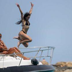 Macarena Millán se tira al agua desde un barco en Ibiza