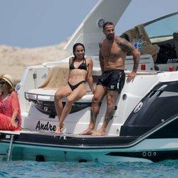 Rafa Mora y Macarena Millán en un barco en Ibiza