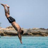 Rafa Mora se tira al agua desde un barco en Ibiza