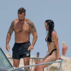 Rafa Mora y Macarena Millán a bordo de un barco en Ibiza