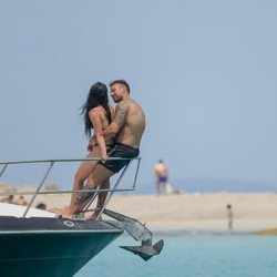 Rafa Mora y Macarena Millán, muy cariñosos en un barco en Ibiza