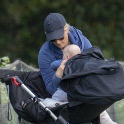 Zara Phillips sacando a su hijo Lucas Tindall del carricoche