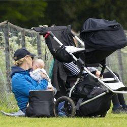 Zara Phillips, muy cariñosa con su hijo Lucas Tindall en Houghton
