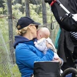 Zara Phillips con su hijo Lucas Tindall en Houghton