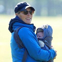 Primera imagen de Zara Phillips con su hijo Lucas Tindall